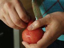 Jakmile se rajče ve studené vodě zchladí, jde snadno oloupat