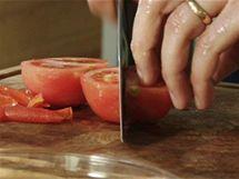 Oloupané rajče pokrájejte na čtvrtky