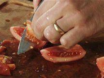 Ze čtvrtek rajčat vykrájejte části se semínky a získáte jakési čisté oloupané lodičky