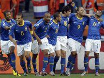 Brazilci slaví gól Robinha (vpravo), který skóroval ve čtvrtfinále proti Nizozemsku.