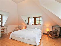 Elegantní a jednoduchá ložnice je v prvním patře