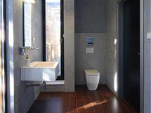 Také v koupelnách převládají hladké povrchy, tradiční obklad stěn nahrazují štukované plochy