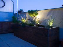 Večerní atmosféru zpříjemňují malé solární lampičky