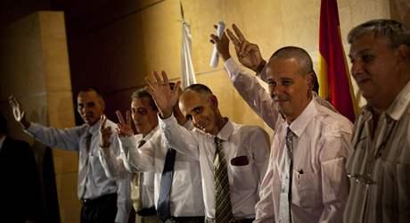 Do Španělska dorazilo prvních sedm disidentů z 52 politických vězňů, které komunistický režim slíbil propustit.