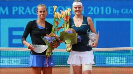 Poražená finalistka Barbora Záhlavová - Strýcová (vlevo) a vítězka Agnes Szavayová po finále ECM Prague Open 2010