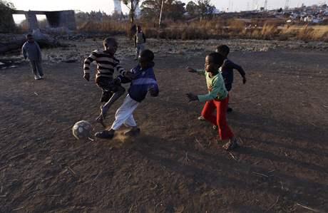 Kluci hrají fotbal v jihoafrickém Sowetu, pátek 9. července 2010