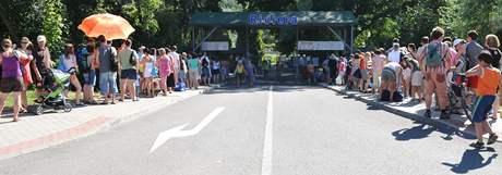 Fronta před pokladnou brněnského koupaliště Riviéra (10. červenec 2010)