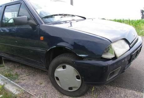 Osmnáctiletá dívka bez řidičského oprávnění ve Znojmě narazila do služebního auta strážníků nepříhlášeným a v cizině koupeným autem