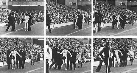 Sekvence snímků nahého rugbyového fanouška, jak ho zachytil fotograf Ian Bradshaw v roce 1974.
