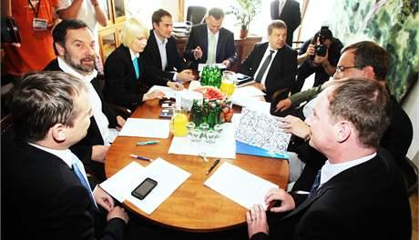 Schůzka vyjednávacích týmů koalice ODS, TOP 09 a VV.