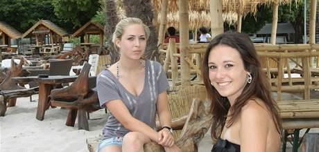 Studentky Barbora Rákosová (vlevo) a Denisa Kučerová si ve Žlutých lázních oblíbily hlavně písečnou pláž