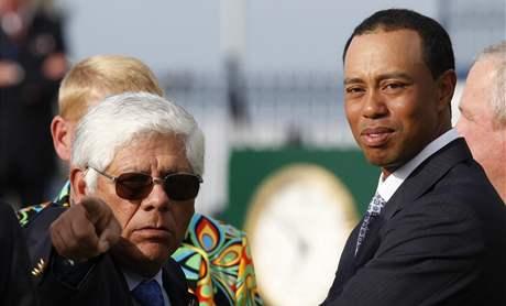 Lee Trevino (vlevo) a Tiger Woods na setkání bývalých vítězů před British Open 2010.