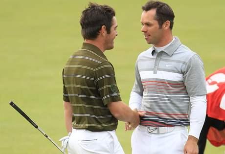 Paul Casey (vpravo) gratuluje Louisi Oosthuizenovi, vítězi British Open 2010.