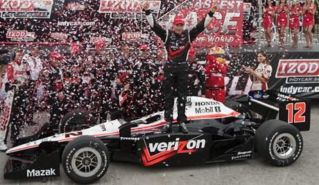 Australan Will Power s vozem týmu Penske se raduje z triumfu v závodě Indy v Torontu.