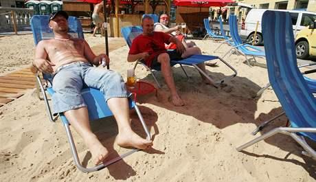 Na brněnském náměstí Svobody provozuje soukromá firma písečnou pláž s barem.