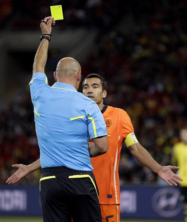 ZA CO? Nizozemský kapitán Giovanni van Bronckhorst se diví, pro� mu rozhod�í Webb ukazuje �lutou kartu.
