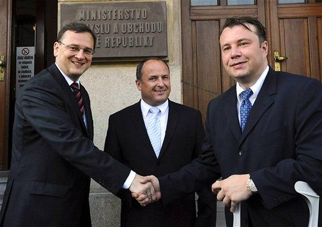 Martin Kocourek (vpravo) p�evzal ministerstvo pr�myslu a obchodu od Vladimíra To�ovského (uprost�ed) za ú�asti premiéra Petra Ne�ase (14. �ervence 2010)