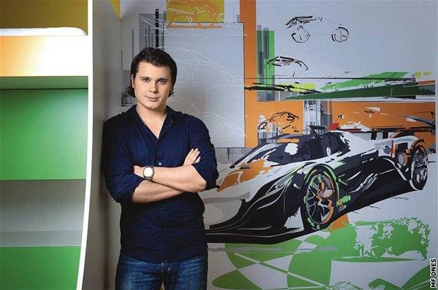 Designér Tomá� Marx stojí p�ed tapetou do d�tského pokoje, kterou navrhl. Znázor�uje vývoj sportovního vozu