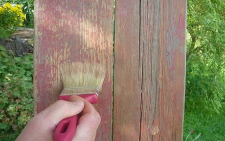 Před natíráním dřevo omeťte od prachu