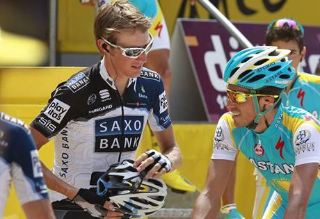 DUO FAVORITŮ. Lucemburský cyklista Andy Schleck před startem etapy diskutuje se Španělem Albertem Contadorem.