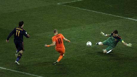 BUDE TO G�L? Ne. Iker Casillas v tuto chv�li Arjena Robbena vychytal.