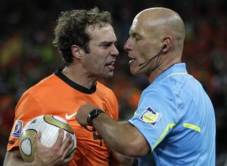 VZTEK. Nizozemsk� stoper Joris Mathijsen se roz�iluje na rozhod��ho Howarda Webba.