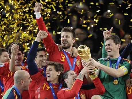 MISTŘI SVĚTA. Šampionát v Jižní Africe ovládli fotbalisté Španělska. Po zápase tak juchali se slavnou trofejí pro nejlepší tým světa.