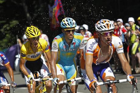 Fanoušci na trati čtrnácté etapy Tour de France polévají vodou tři favority závodu - Schlecka, Contadora a Menšova (zleva).