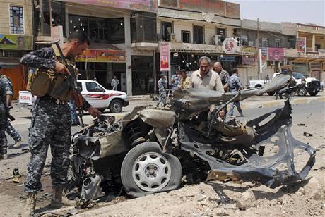 Vrak auta. Výbuch bomby v ulicích Tikrítu
