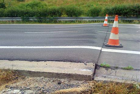 Vysoké teploty poškodily část dálnice D5 na Tachovsku. (13. července 2010)