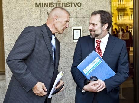 Nový ministr vnitra Radek John a náměstek bývalého ministra Peciny Jiří Komorous. (13. července 2010)