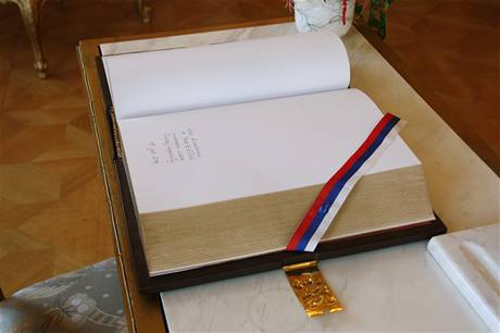 Premiér Petr Nečas se při návštěvě Slovenska podepsal do pamětní knihy. (19. července 2010)