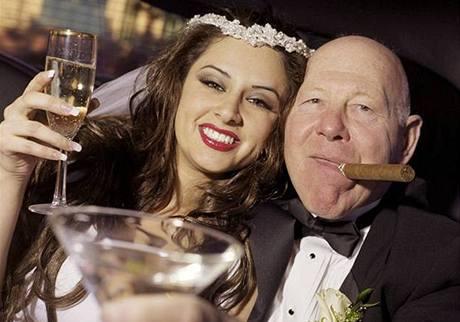Mladá žena a starší partner