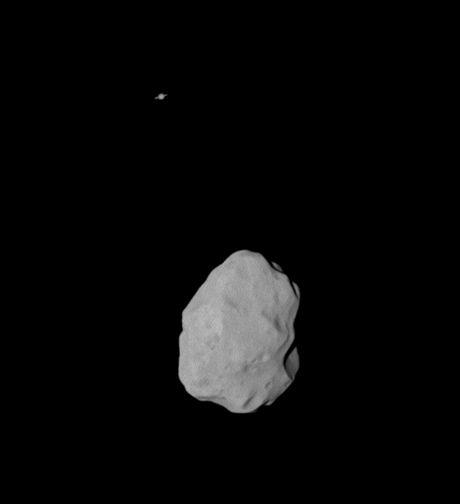 Fotografie pořízená sondou Rosetta - Lutetia a v pozadí Saturn
