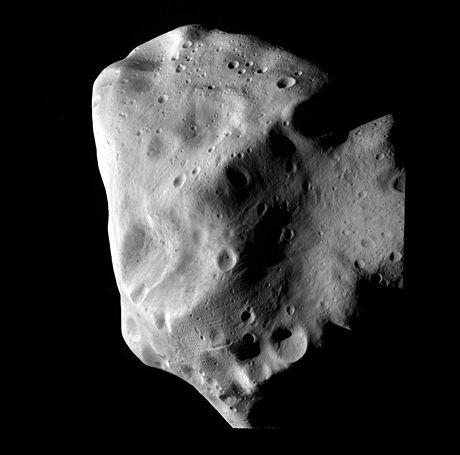 Fotografie pořízená sondou Rosetta - nejdetailnější fotografie Lutetie pořízená při nejbližším průletu