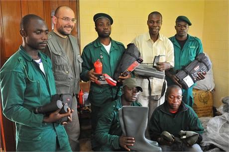 Jednotka strážců v Djoumu převzala materiál a techniku financované z výtěžku Běhu pro gorily, z odevzdaných recyklovaných mobilů a sbírkového konta Odhalení