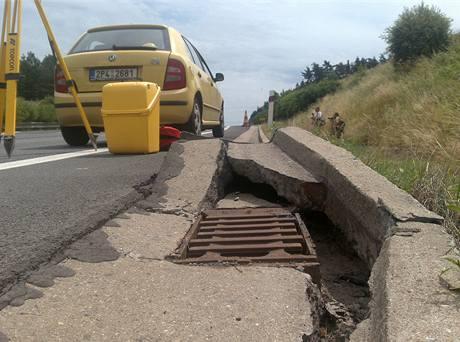 Poničená silnice D5.
