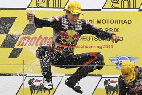 Motocyklový závodník Marc Márquez oslavuje triumf ve Velké ceně Německa.
