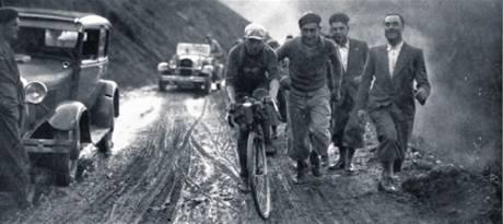TOUR 1931. Sníh, voda, břečka, bláto. Oscar Thierbach z německo-rakouského týmu i doprovodné vozy se trápí na Tourmaletu.