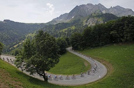 Jeden ze sjezdů v alpské etapě Tour de France.