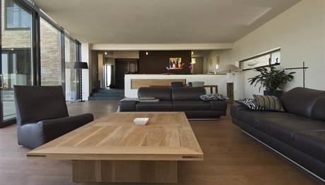 Dřevěný stůl v obývací části byl vyrobený na zakázku