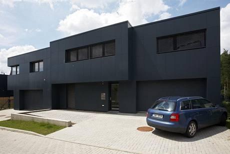 Přístavba (zcela vpravo) přirozeně splývá s původně plánovanou částí domu v jeden celek