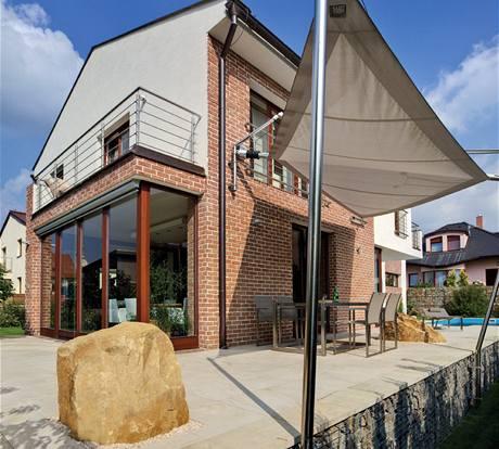 Pro exteriér domu je charakteristická kombinace režného zdiva, hladké omítky a přírodního pískovce
