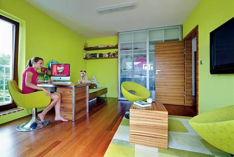 Dívčímu pokoji se vstupem na velkou terasu vládne svěží barva a dekor dřeva podlahy i nábytku