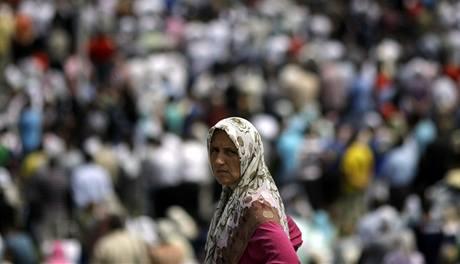 Památku obětí masakru v bosenské Srebrenici přijelo uctít 40 tisíc lidí. (11. 7. 2010)