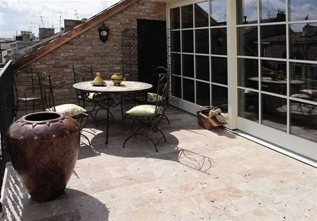 K bytu patří i prostorná a slunná terasa vybavená stylovým zahradním nábytkem