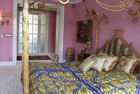 Atmosféru ložnice umocňuje marocký štuk růžové barvy a netradiční dekorace