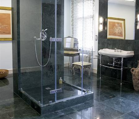 Oblé tvary sanity se skvěle doplňují s minimalistickým sprchovým koutem