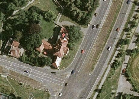 Z klidné silnice, která vedla před vilou, se stala rušná výpadovka
