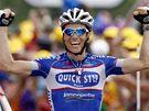 Francouzský cyklista Sylvain Chavanel a jeho vítězné gesto po průjezdu cílem sedmé etapy.